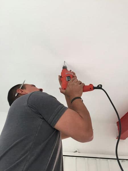 Fernando, colocando las lámparas.